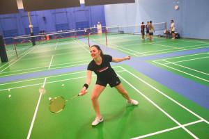 sejarah badminton Bulu tangkis atau badminton adalah suatu permainan olahraga menggunakan raket yang dimainkan dua orang (pertandingan tunggal) atau dua pasangan (pertandingan ganda) yang saling berlawanan.